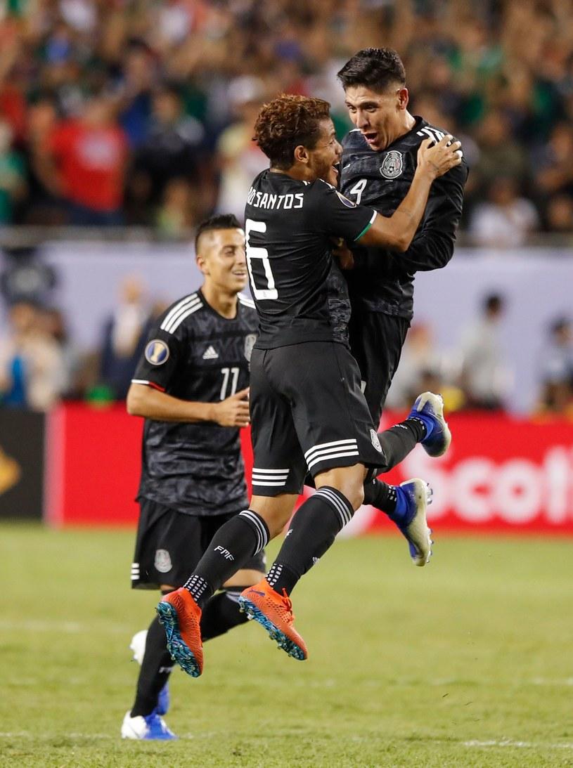 Tak cieszyli się Meksykanie - Jonathan dos Santos (z lewej) i Edson Alvarez - po strzeleniu gola /AFP
