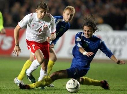 Tak Ebi Smolarek mijał rywali podczas meczu z Kazachami w Ałmacie, fot. Maciej Śmiarowski /Agencja Przegląd Sportowy
