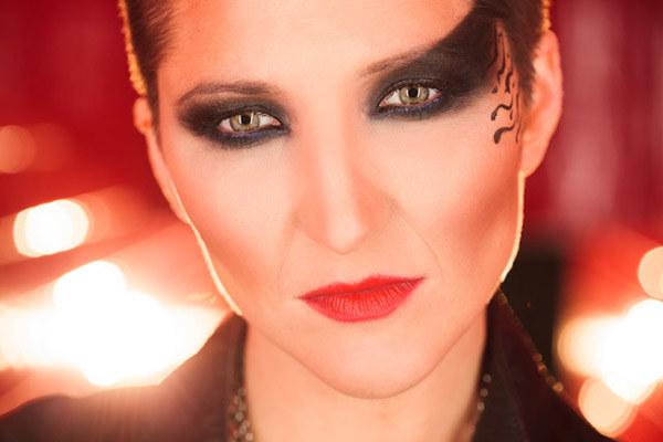 Tak ekstrawagancki makijaż Magda prezentuje na najnowszym teledysku /Studio Elan /materiały prasowe