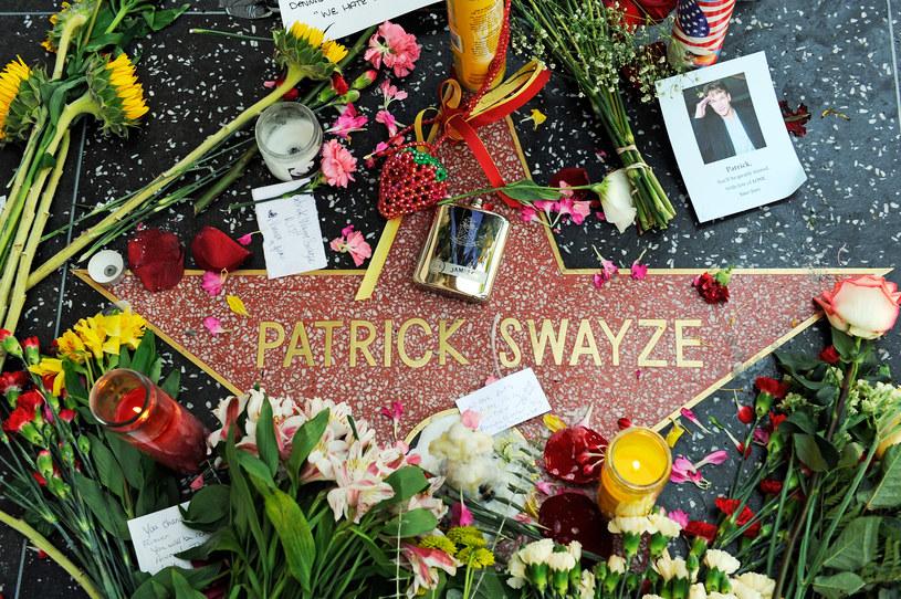 Tak fani żegnali aktora po jego śmierci. Hollywood, 14 września 2009 roku /Kevork Djansezian /Getty Images