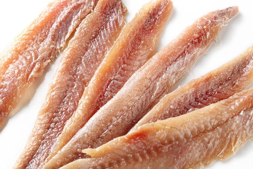 Tak jak inne ryby anchois bogate są w witaminy, makro- i mikroelementy oraz białko. Najzdrowsze są świeże i suszone. U nas znane są jako konserwowane fileciki /123RF/PICSEL