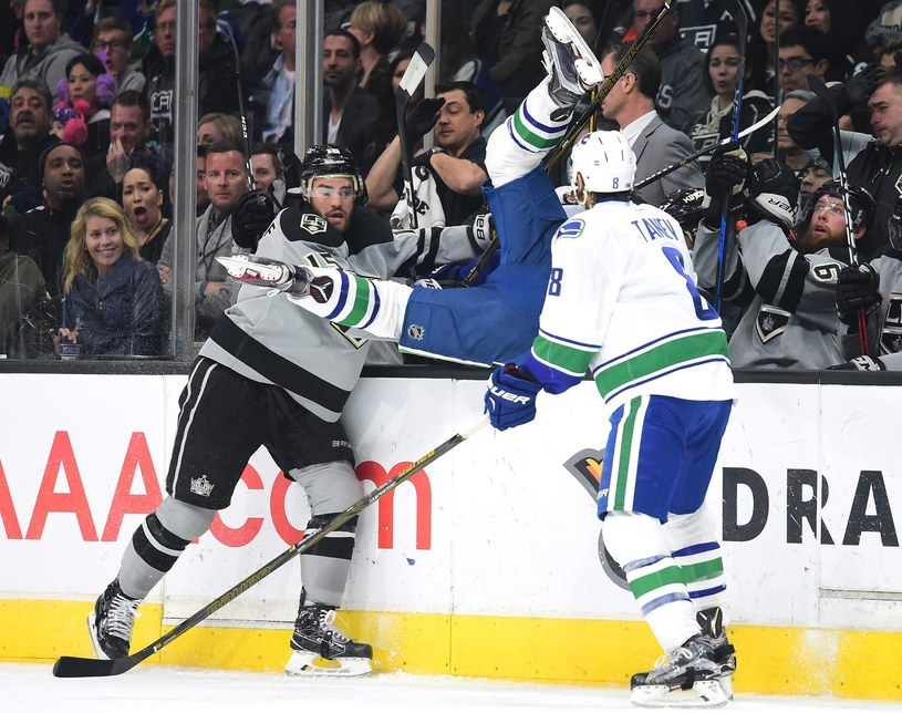 Tak Los Angeles Kings i Vancouver Canuks walczyły 4 marca 2017 r. Andy Andreoff #15 z Kings atakuje przy bandzie Jaysona Megnę #46 z Vancouver. /AFP