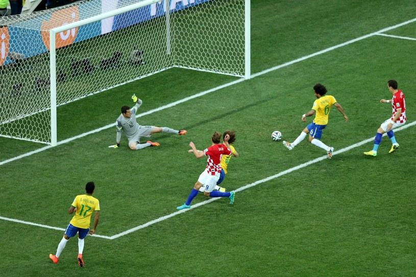 Tak Marcelo strzelił samobójczego gola w meczu z Chorwacją /PAP/EPA