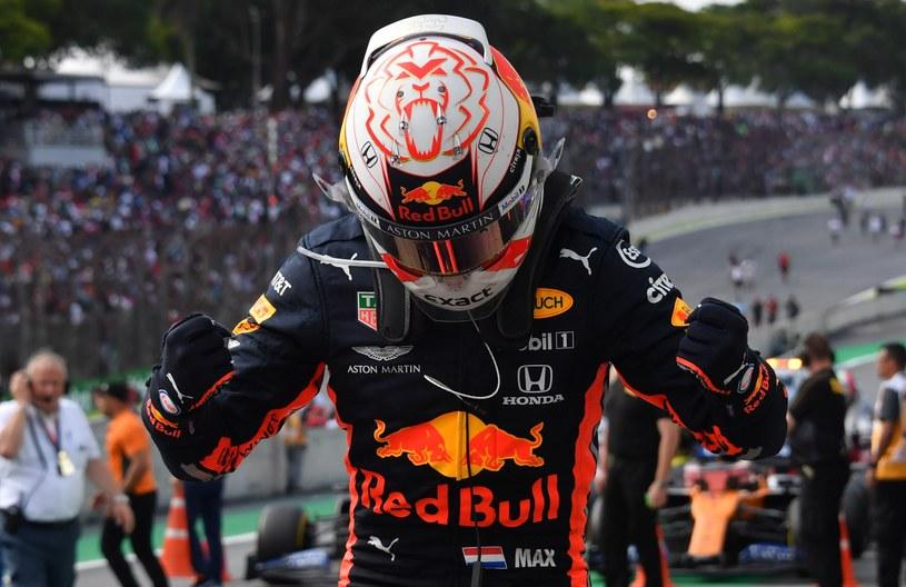 Tak Max Verstappen cieszył się z triumfu w Brazylii /AFP
