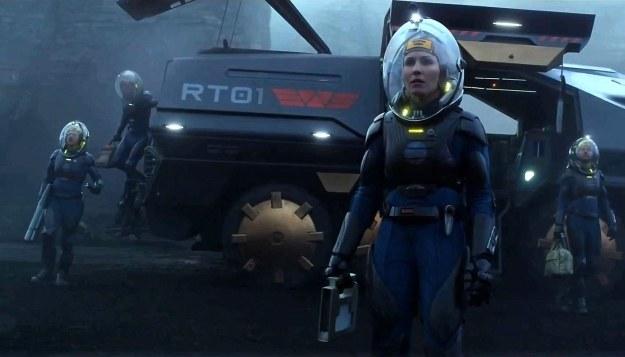 """Tak mogą wyglądać skafandry kosmiczne w przyszłości - kadr z filmu """"Prometeusz"""" /materiały prasowe"""