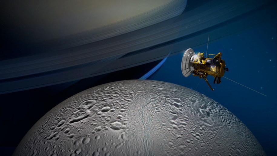 Tak można sobie wyobrażać sondę Cassini nad powierzchnią Enceladusa /NASA/JPL-Caltech /materiały prasowe
