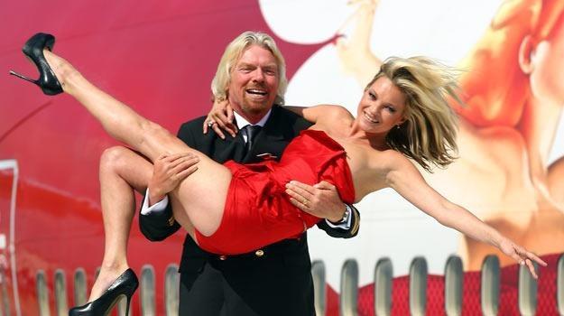 Tak na pokład samolotu wnosił modelkę w 2009 roku milioner Richard Branson - fot. Gareth Cattermole /AKPA