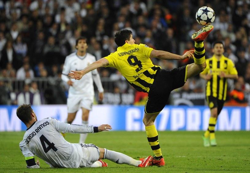 Tak piłkę przyjmuje Robert Lewandowski /AFP