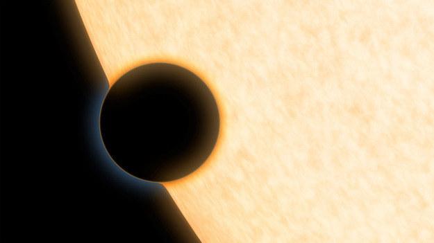 Tak planeta HAT-P-11b może wyglądac podczas przejścia przed tarczą swojej gwiazdy. /NASA