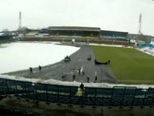 Tak poradzono sobie z zaśnieżoną murawą Carlisle United