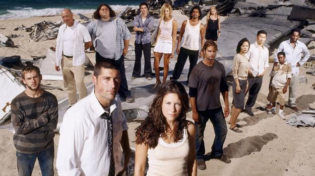 """Tak prezentowała się pełna obsada """"Lost: Zagubieni"""" 10 lat temu. W kolejnych odcinkach aktorzy wykruszali się, a na ich miejscu pojawiali się nowi /materiały prasowe"""