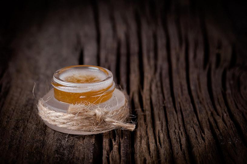 Tak przygotowaną skórę wcieraj regularnie w suche pięty i łokcie /123RF/PICSEL