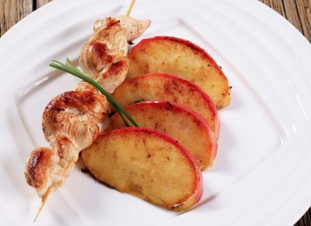 Tak przygotowane jabłka są idealnym dodatkiem do szaszłyków /123RF/PICSEL