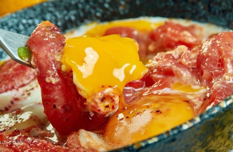 Tak przygotowane jajko wręćz rozpływa się w ustach /123RF/PICSEL