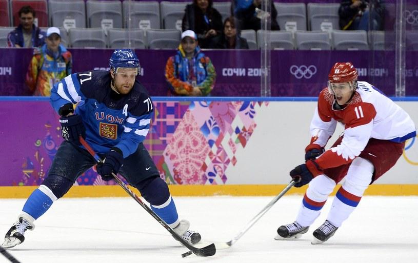Tak Rosjanin Jewgienij Małkin (z prawej) rywalizował na IO w Soczi z Finem Leo Komarovem. /AFP