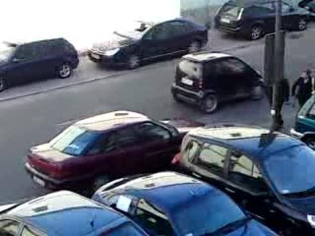 tak sie parkuje- uczta sie chłopaki,,auto duże,miejsca mało i mistrz kierownicy za kółkiem