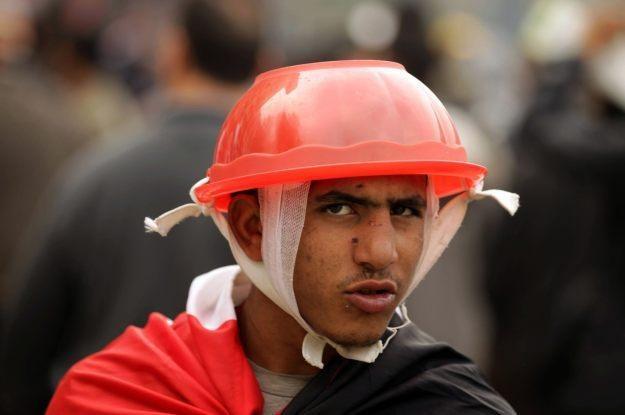 """Tak, ta plastikowa miedniczka na głowie tego pana również """"przewodzi"""" prąd /AFP"""