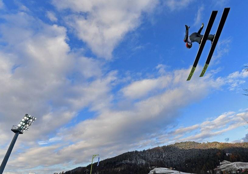 Tak w listopadzie 2017 r., w Wiśle-Malince leciał Junshiro Kobayashi, a śnieg był tylko na obiekcie. /Janek Skarżyński /AFP