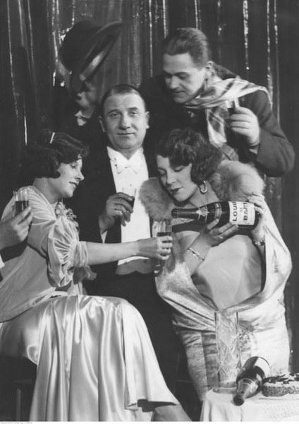 Bal sylwestrowy w teatrze Morskie Oko w Warszawie. Widoczni aktorzy: Zula Pogorzelska (pierwsza z lewej), Janina Sokołowska i Władysław Walter (drugi z lewej) oraz Eugeniusz Bodo