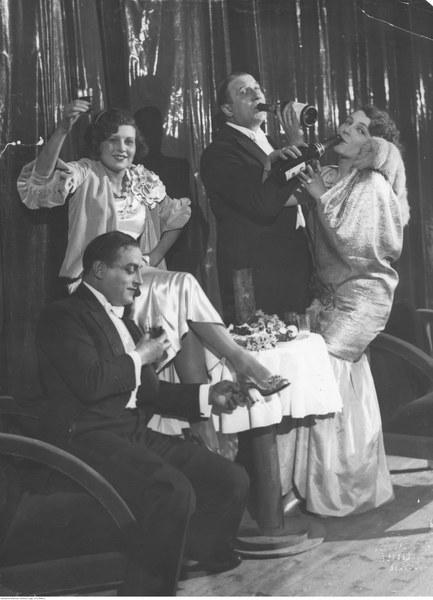 Bal sylwestrowy w teatrze Morskie Oko w Warszawie. Widoczni m.in. aktorzy: Zula Pogorzelska (z lewej), Janina Sokołowska i Władysław Walter (z prawej)