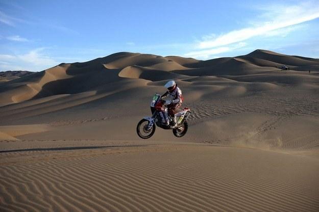 Tak walczy z pustynią Jakub Przygoński /AFP