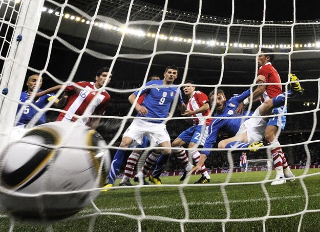 Tak Włoch Daniele De Rossi strzelił bramkę w meczu z Paragwajem /AFP
