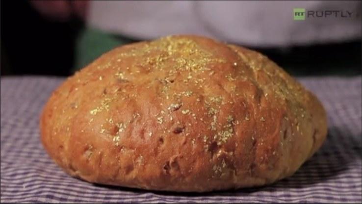 Tak wygląda najdroższy chleb świata; źródło: Youtube/ RT RUPTLY /