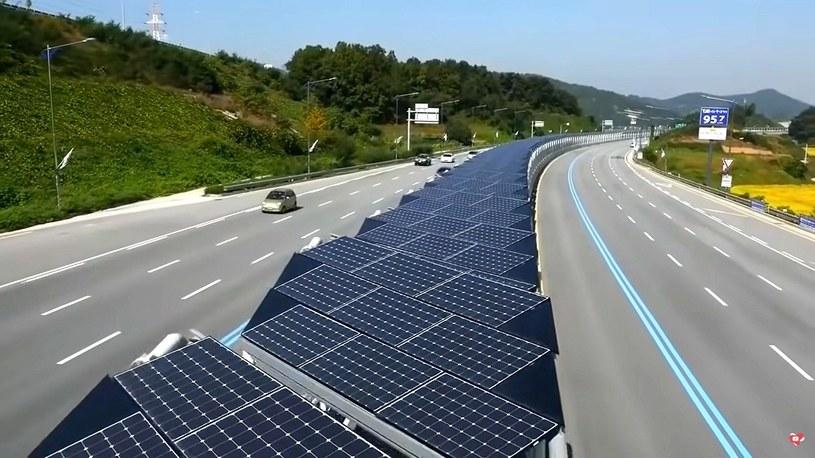Tak wygląda pierwsza solarna ścieżka rowerowa pośrodku autostrady [WIDEO] /Geekweek