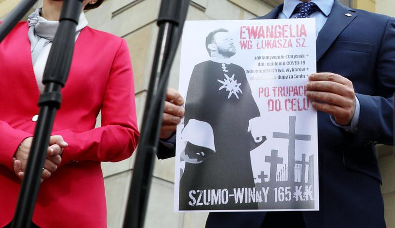 """Tak wygląda plakat """"Ewangelia wg Łukasza Sz."""" / Jakub Kamiński    /East News"""