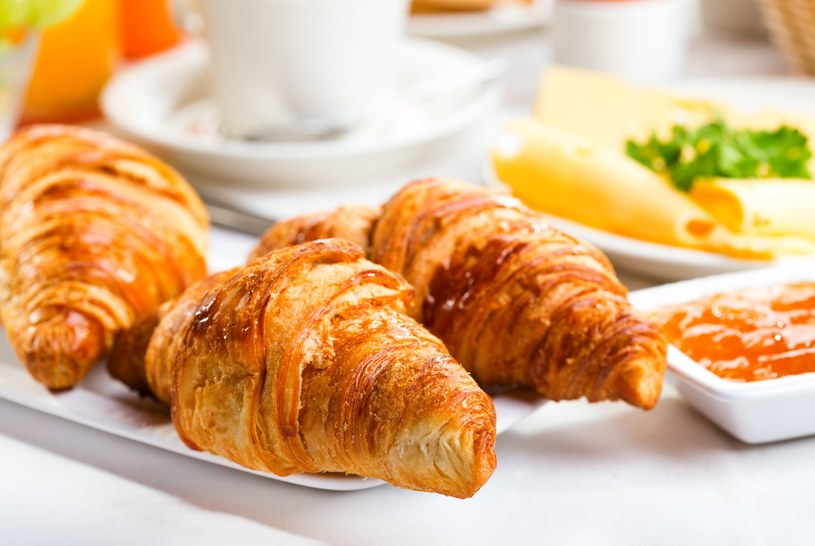 Tak wygląda śniadanie w wielu krajach, ale my odradzamy croissanty /123RF/PICSEL