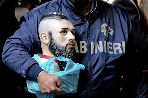 Tak wygląda urna z prochami młodego przestępcy /CIRO FUSCO /PAP/EPA