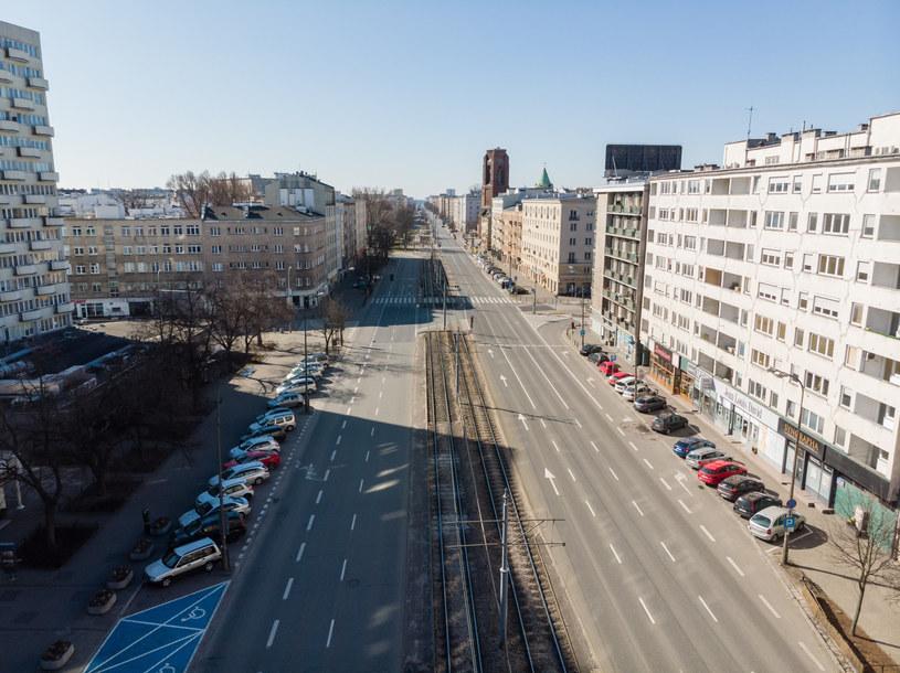 Tak wyglądają obecnie ulice Warszawy. Jednak miasto nie zniosło opłat za parkowanie /Łukasz Szczepański  /Reporter