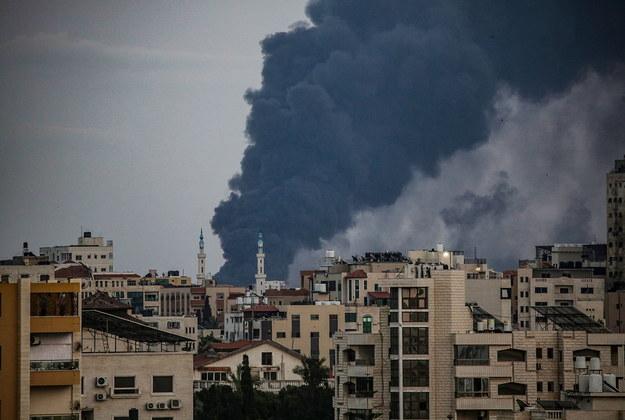 Tak wyglądał jeden z ostatnich nalotów Izraela na strefę Gazy /MOHAMMED SABER  /PAP/EPA