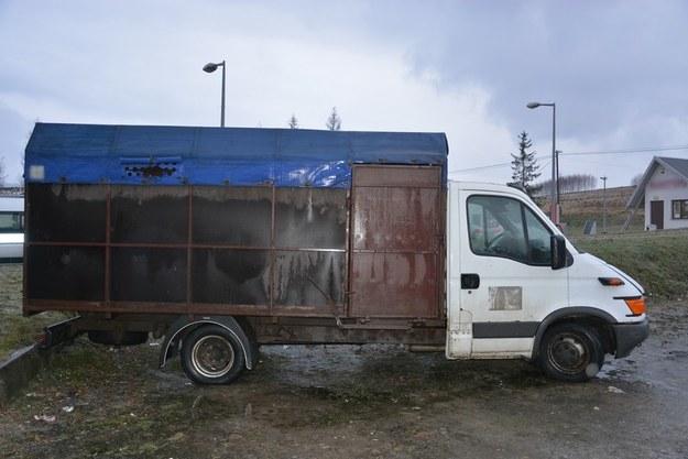 Tak wyglądał pojazd, w którym przewożono konie /Policja /