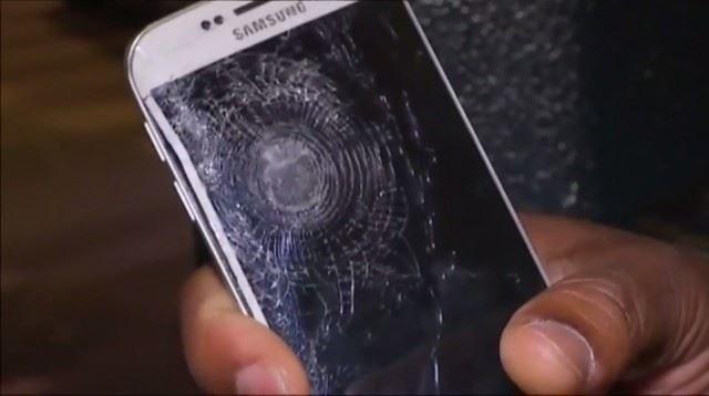 Tak wyglądał smartfon Franzuca po piątkowym ataku. Zdjęcie pochodzi z materiału przygotowanego przez telewizję iTele /Internet