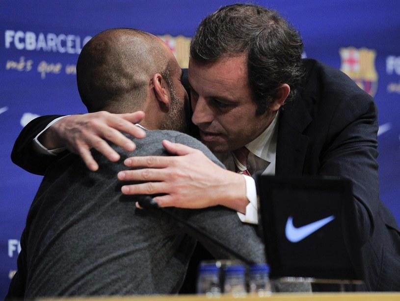 Tak wyglądało pożegnanie Pepa Guardioli z Barceloną. Z prawej prezydent klubu Sandro Rosell /AFP