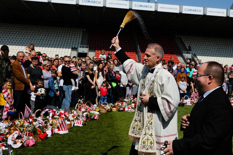 Tak wyglądało święcenie pokarmów wielkanocnych na stadionie Cracovii w zeszłym roku /Andrzej Banaś/ Polska Press /East News