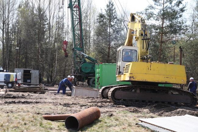 Tak wyglądały przygotowania do wykonania odwiertu w miejscu, pod którym mogą znajdować się górnicy. /Andrzej Grygiel /PAP