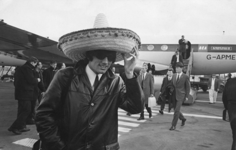 Tak z Lizbony w 1966 roku wracał George Best. Jego Manchester United właśnie pokonał 5-1 Benfikę, a Best do zdobycia dwóch bramek potrzebował zaledwie 11 minut /Keystone/Hulton Archive /Getty Images