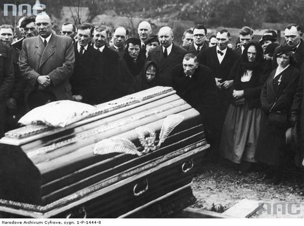 Uroczystości pogrzebowe Michała Drzymały na cmentarzu w Miasteczku. Widoczni m.in.: żona zmarłego Józefa Drzymała, synowie: Jan (pochylony), Piotr (stoi przy matce) i Marcin (z prawej), Jan Knach (stoi pośrodku w głębi łysy z wąsami najwyższy)