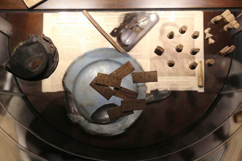 Tak zwane relikwie katyńskie wydobyte z katyńskich dołów śmierci /Joanna Borowska /Agencja FORUM