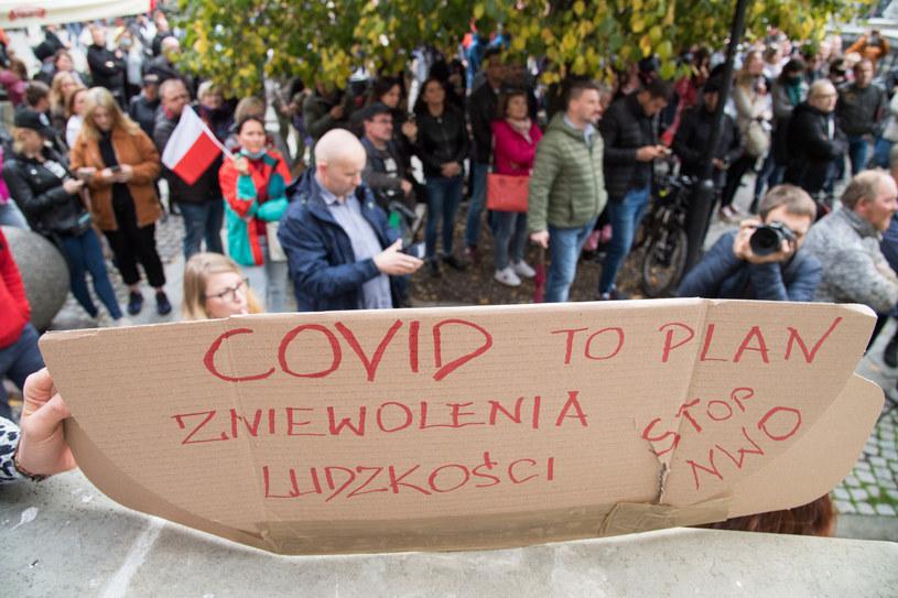 """Tak zwani """"koronasceptycy"""" wylegli ostatnio na ulicę, aby przekonać społeczeńśtwo, że gwałtowny wzrost zakażeń, to dowód na to, że epidemii nie ma /Wojciech Stróżyk /Reporter"""