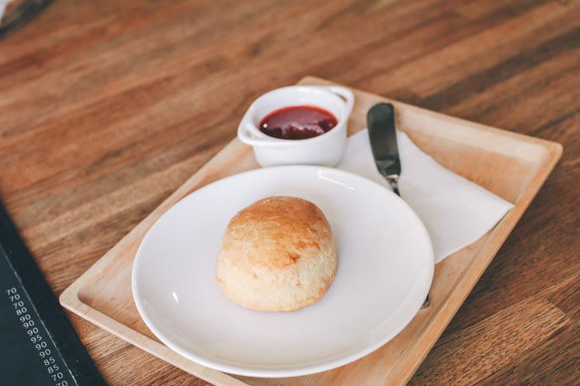 Taka bułeczka dyniowa na śniadanie z domową konfiturą to marzenie! /123RF/PICSEL