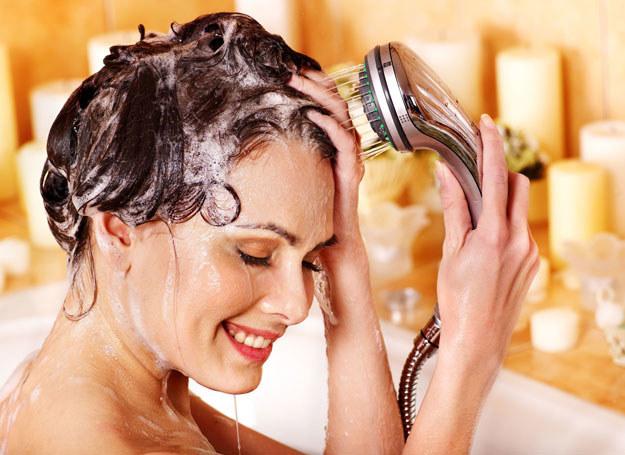 Taka kuracja jest szczególnie zalecany w pielęgnacji włosów przetłuszczających się /123RF/PICSEL