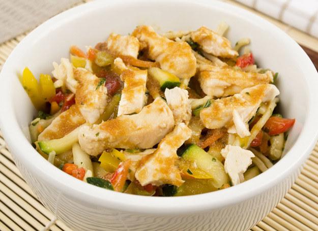 Taka sałatka jest idealna dla osób na diecie. /123RF/PICSEL