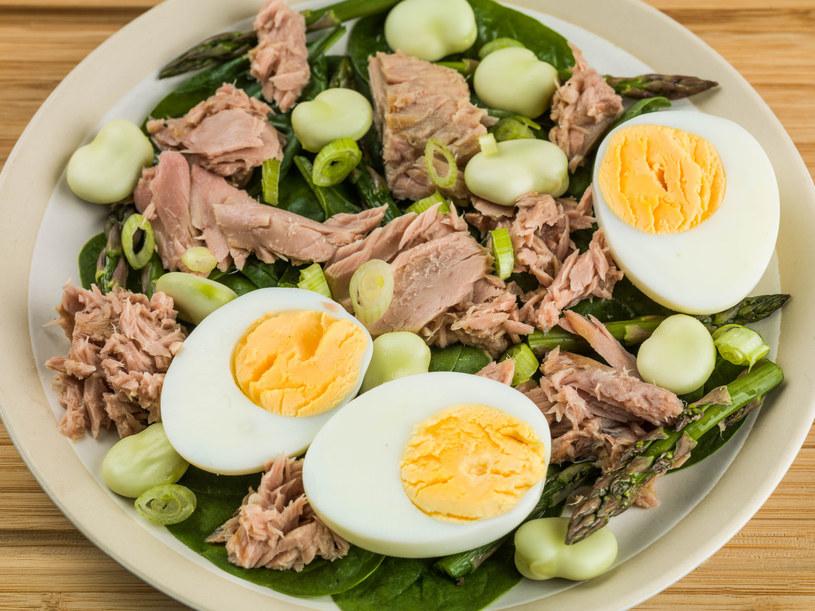 Taka sałatka to świetny pomysł na zdrowy, pełnowartościowy obiad /123RF/PICSEL