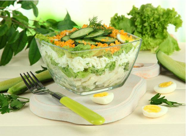 Taką sałatkę możesz podać do obiadu albo przygotować jako samodzielne danie. /123RF/PICSEL