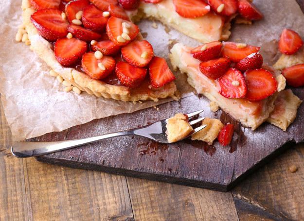 Taka tarta z białą czekoladą i truskawkami z pewnością zniknie w mig ze stołu /123RF/PICSEL