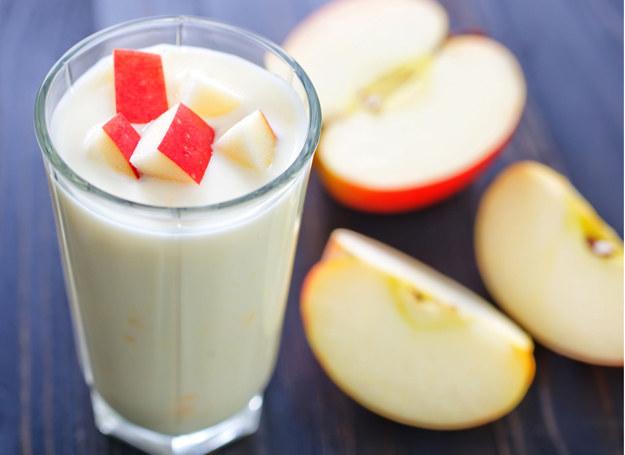 Taką wersję jabłkowego deseru serwuj dorosłym. /123RF/PICSEL