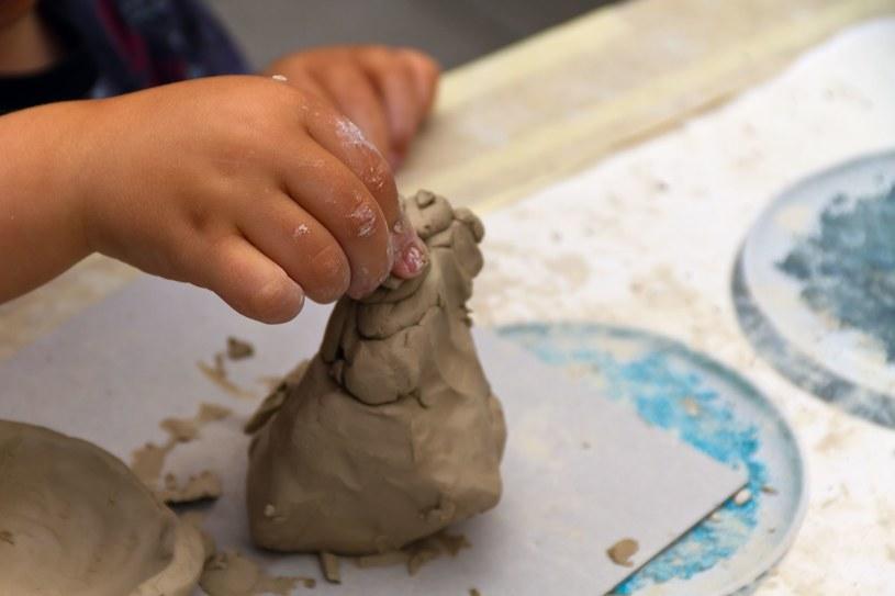 Taka zabawa wspiera rozwój motoryki małej oraz kreatywność dziecka /123RF/PICSEL